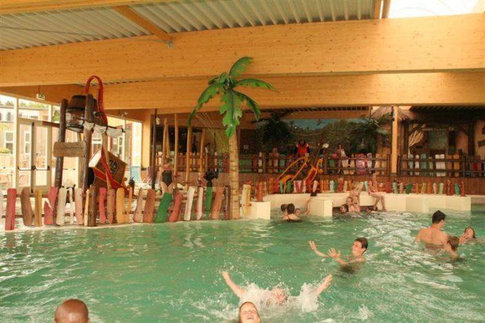 Camping met overdekt zwembad in tropisch strandthema