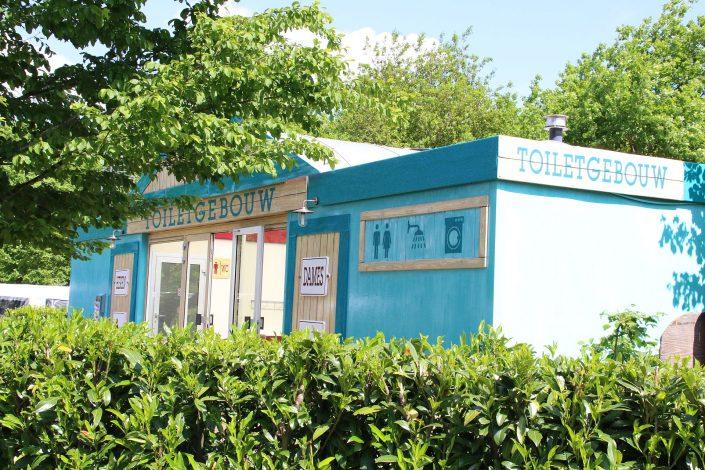 Sanitairgebouwen op tienercamping