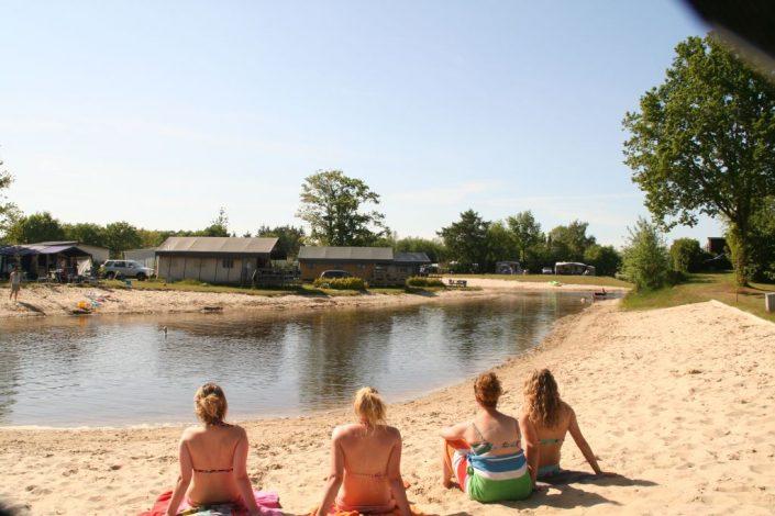 Tiener camping met strand