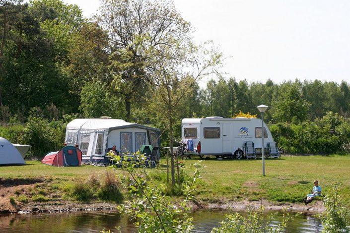 Tiener camping met visvijver